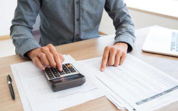 homem-contador-calculadora-financas-relatorios