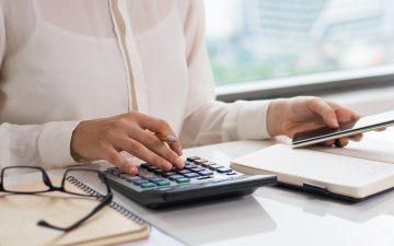 mulher-trabalho-calculadora-financas